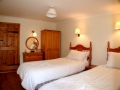 Twin beds in Curlew cottage